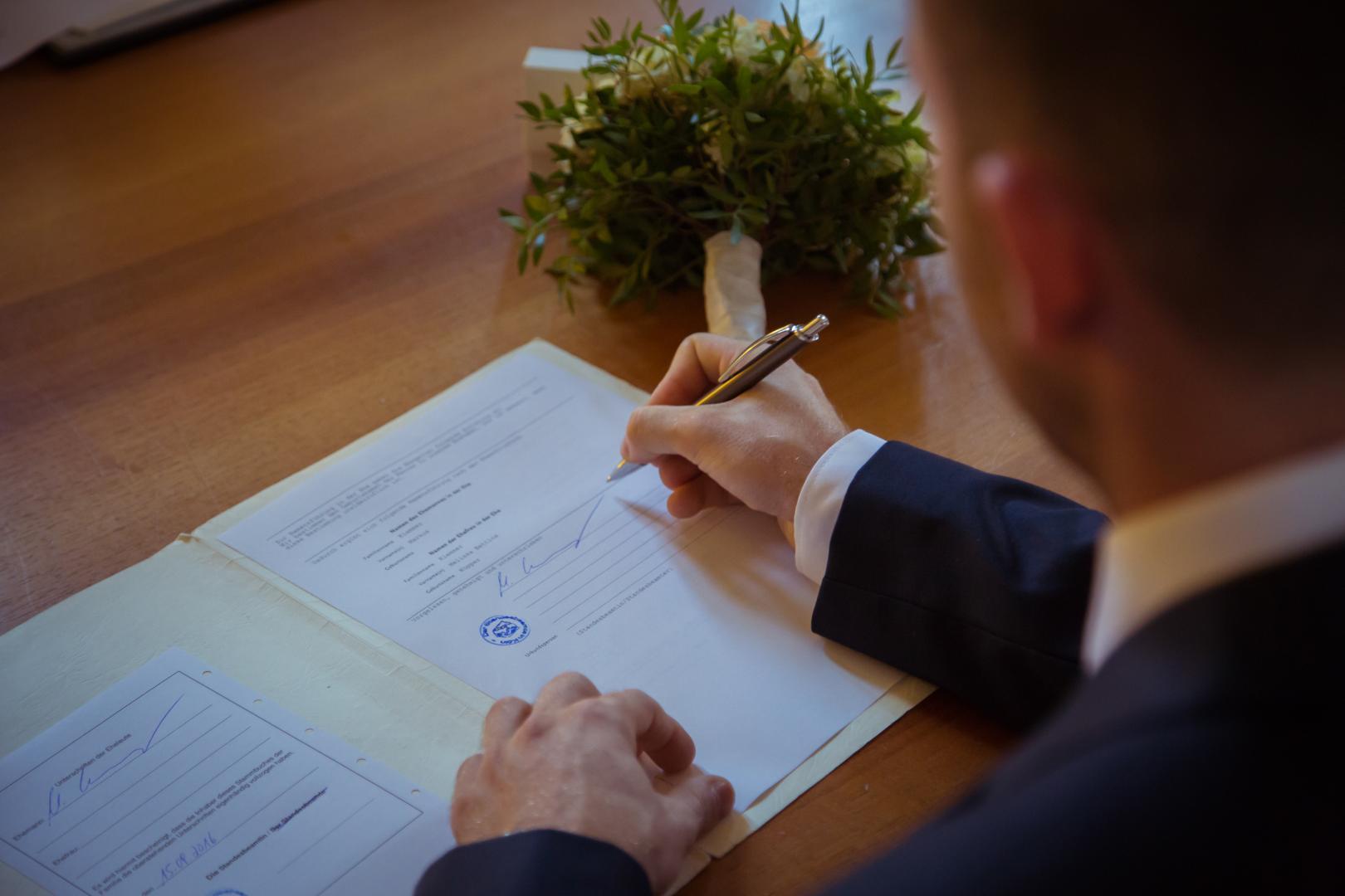Eheurkunde unterschreiben Hochzeitsfotograf Mattin Ott Köln