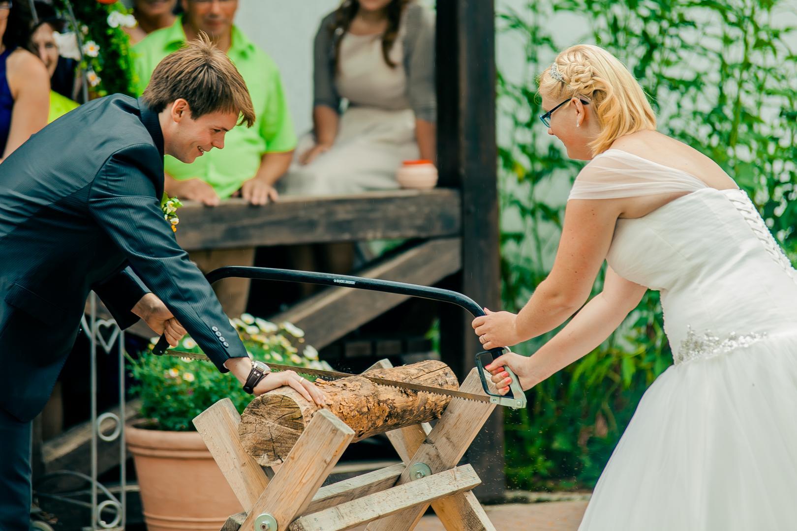 Brautpaar beim Baumstammsägen Hochzeitsfotograf Mattin Ott Köln