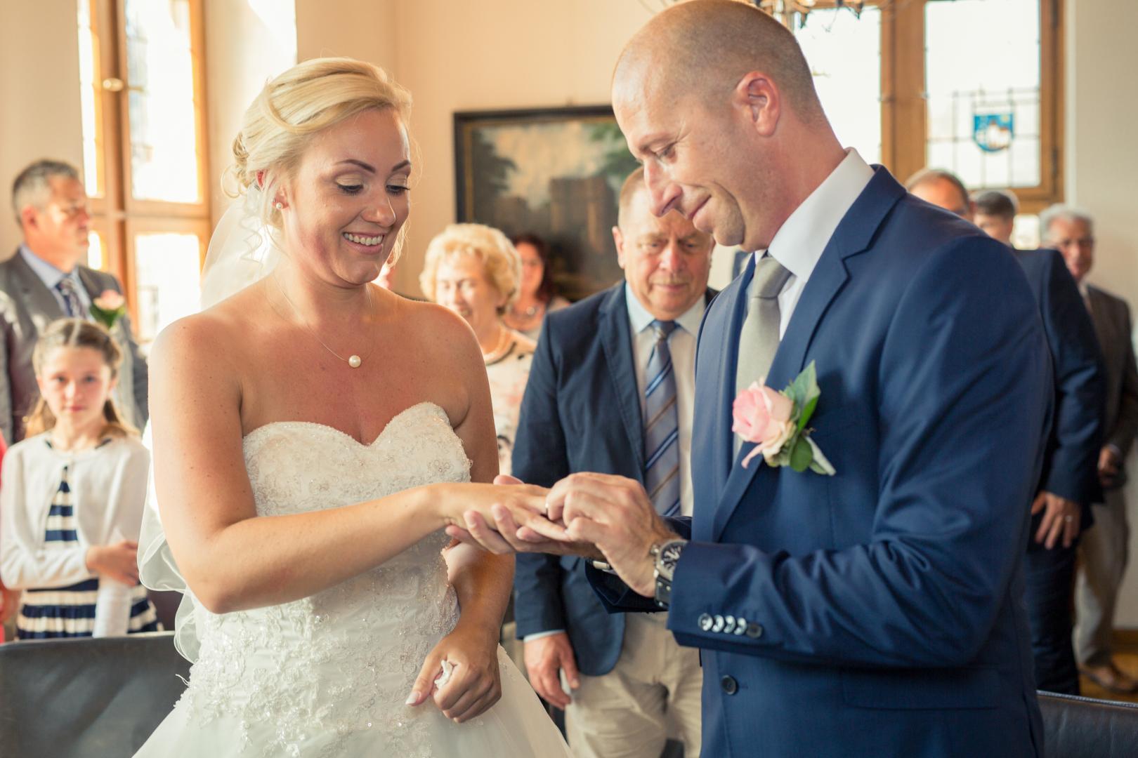 Ehepaar am Altar beim Ringe tauschen Hochzeitsfotograf Mattin Ott Köln
